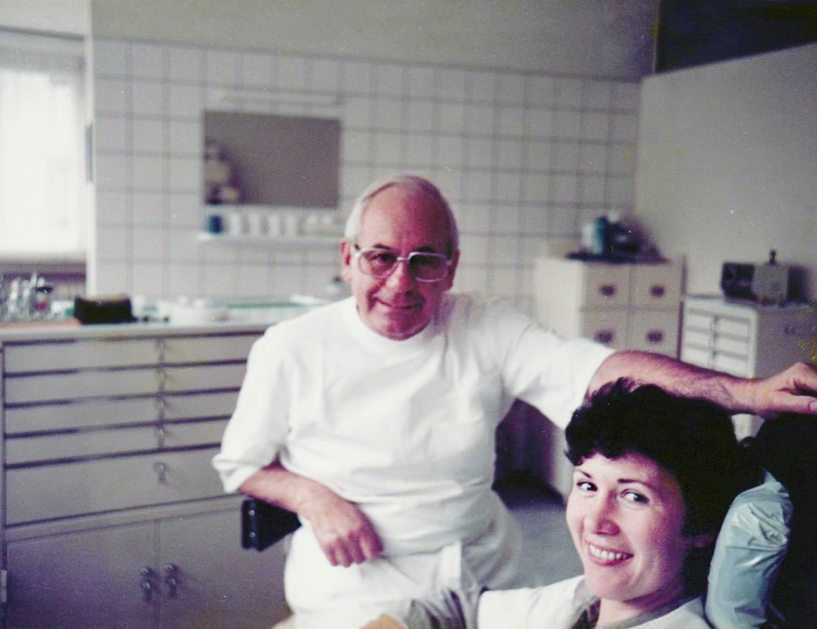 Zahnarzt Dr. Winter in der Zahnpraxis gemeinsam mit seiner Assistentin