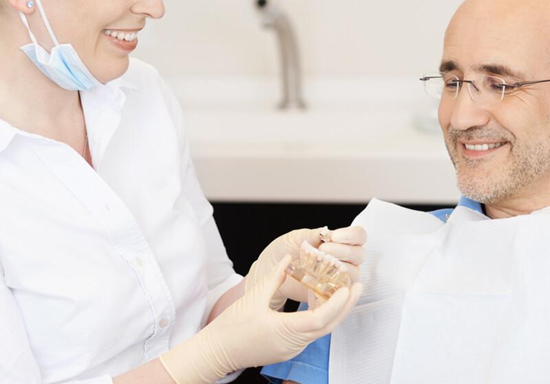 Beratung zu Zahnimplantaten und Erklaerung der Vorteile
